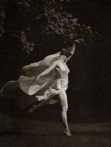 Na foto, Isadora Duncan, bailarina pioneira da dança moderna, de personalidade singular e defensora da liberdade feminina!